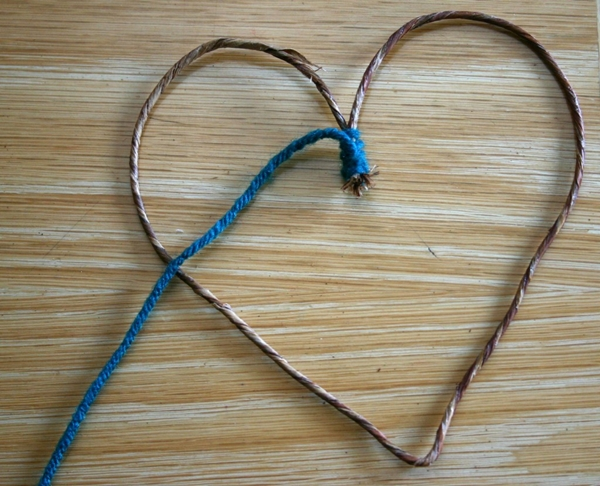 DIY Yarn Hearts To Decorate Windows On Valentine's Day