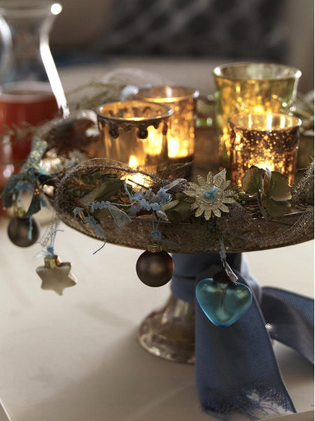 christmas-candleholders-gold-glamour-ball-ornaments-blue-ribbon-diy-table-decoration