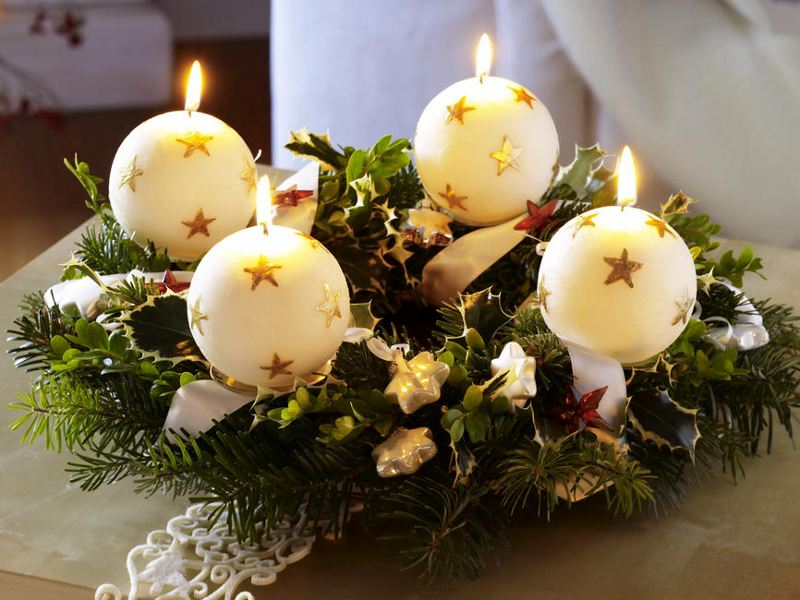 christmas-table-centerpieces-big-white-snowballs-motif-diy-festive-candlesticks