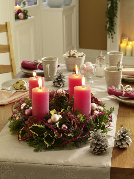 christmas-table-centerpieces-green-vegetation-motif-pink-candles-charming-arrangement-festive-idea