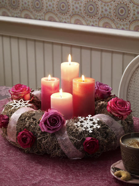 christmas-table-centerpieces-wrapped-ribbon-purple-roses-snowflakes-colorful-candles-festive-decoration