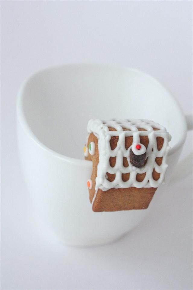christmas-treats-making-gingerbread-house-mug-decoration-idea