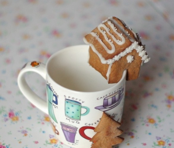 cute-christmas-treats-kids-gingerbread-cookies-mini-house-mug