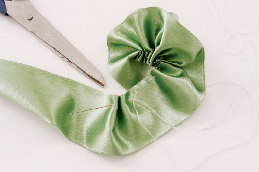 diy-brooch-wedding-bouquet-tutorial-riffles-ribbon
