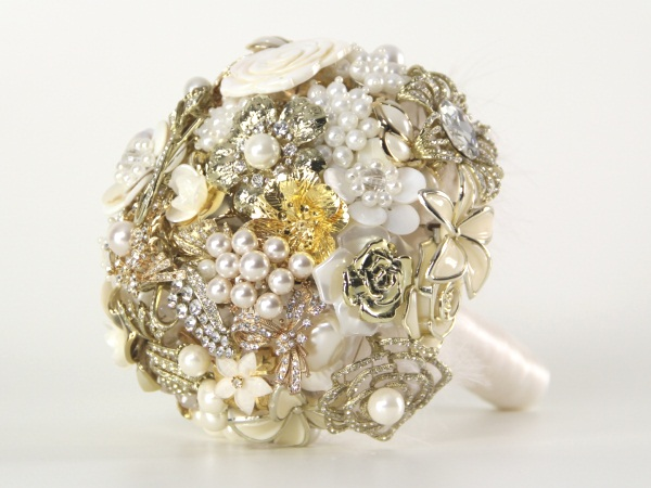 diy-brooch-wedding-bouquet-vintage-pearls-ivory