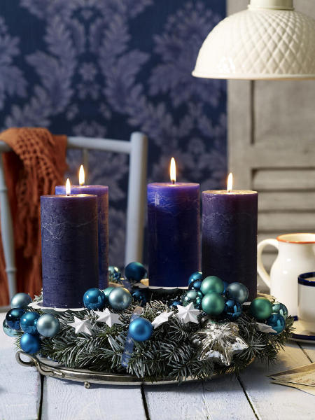 diy-christmas-candle-centerpieces-blue-glass-balls-motif-diy-fir-branches-adornment