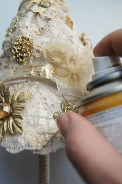 diy-christmas-tree-topiary-gold-spray-souvenir-application-idea