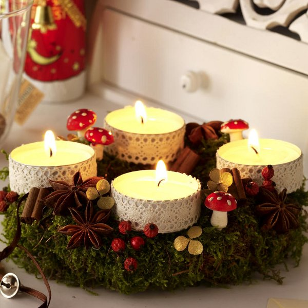 diy-festive-candle-centerpiece-christmas-table-lace-idea-forest-plants-cute-mushrooms