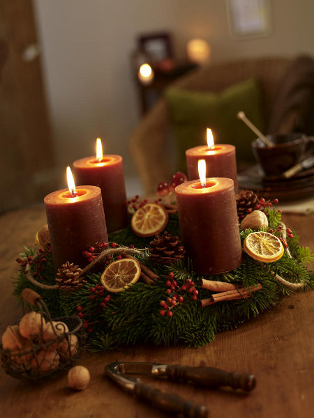 diy-festive-candle-centerpiece-citrus-motif-lemon-pieces-walnuts-cinnamon-decoration-idea