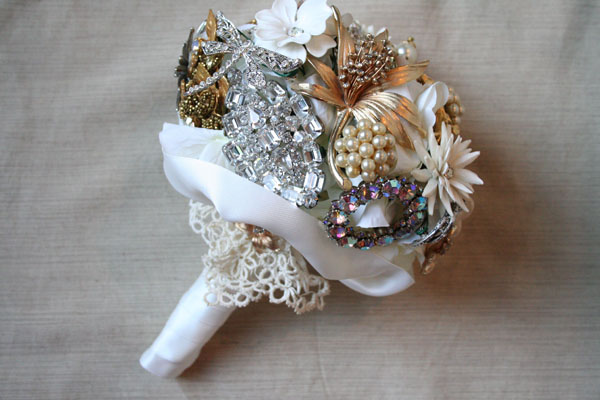 diy-small-brooch-wedding-bouquet-vintage-brooches-lace