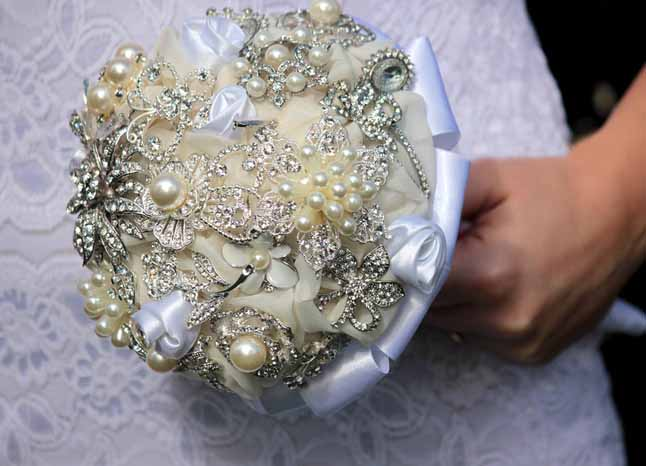 diy-wedding-brooch-bouquet-vintage-white-ivory