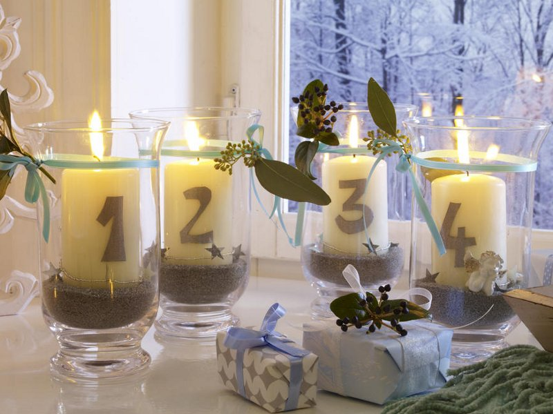 festive-table-candlestick-glass-numeric-centerpiece-decoration-idea