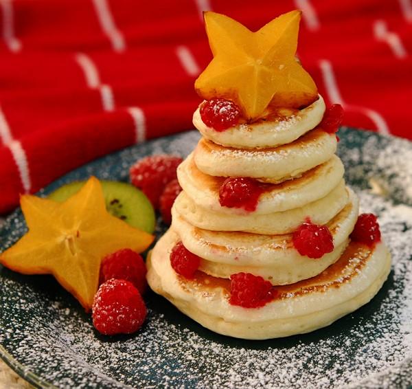 homemade-edible-christmas-trees-mini-pankakes-fruit-stars-decorations