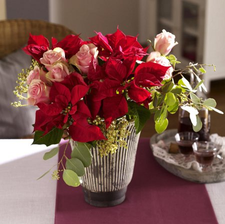 last-minute-diy-christmas-decorations-flower-bouquet-red-poinsettia-roses