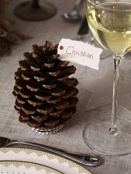 last-minute-diy-christmas-decorations-table-card-holder-pinecone