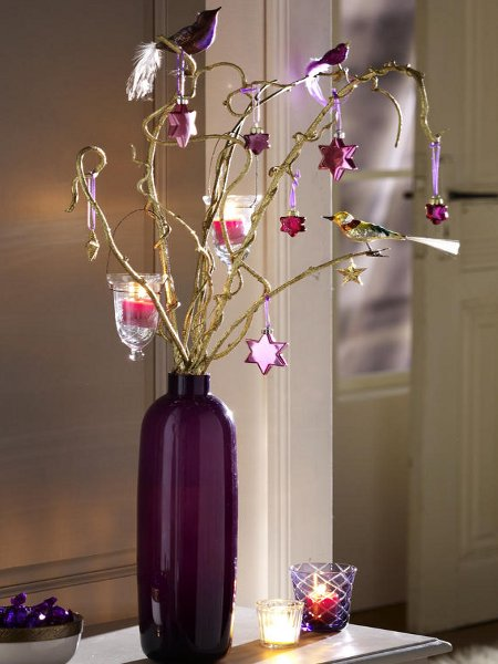 last-minute-diy-christmas-decorations-violett-vase-branches-ornaments-candle-holders