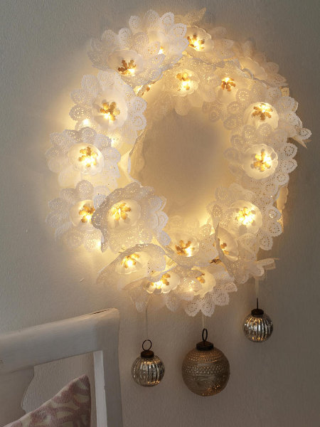 last-minute-diy-christmas-decorations-wreath-christmas-lights-doilies
