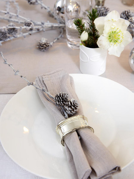 last-minute-diy-christmas-table-decorations-branches-pinecones-napkin