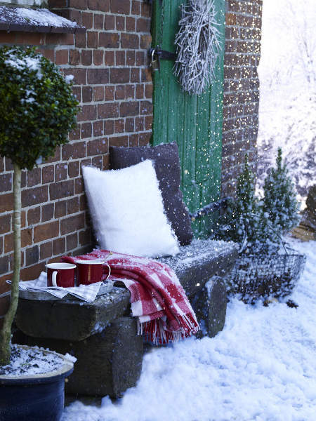 outdoor-christmas-decoration-bench-pillows-blanket