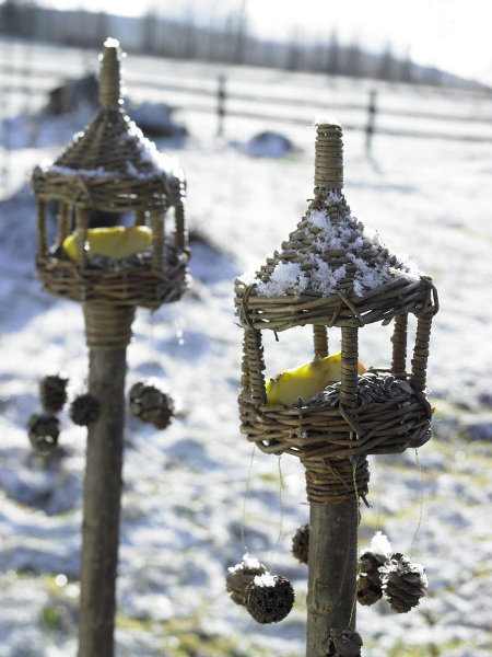 outdoor-christmas-decoration-ideas-bird-houses-pole-fruit-pinecones