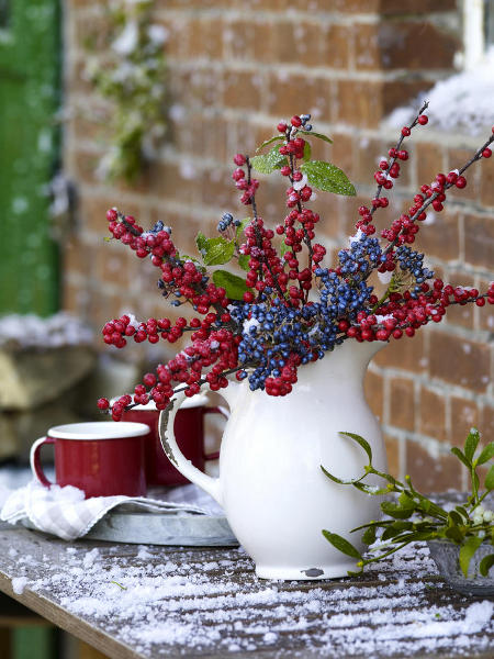 outdoor-christmas-decoration-ideas-blue-red-holly-berries-porcelan-jug