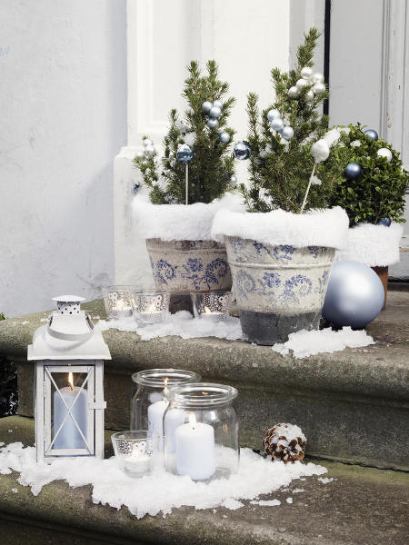 outdoor-christmas-decoration-ideas-doorstep-mini-trees-pots-lanterns