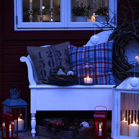 outdoor-christmas-decoration-porch-candles-lanterns-pillows