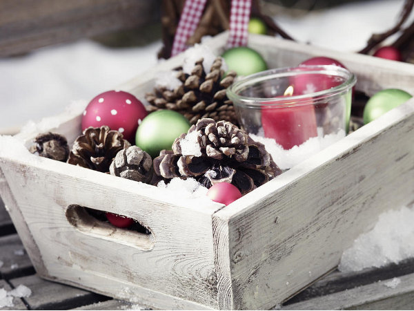 outdoor-christmas-decoration-wooden-crate-pinecones-ball-ornaments