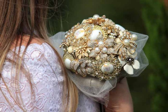 vintage-bridal-bouquet-brooches-wedding-trend