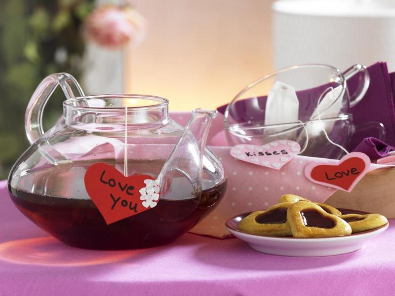 table-decoration-idea-berries-tea-heart-form-cookies-valentines-love-message-diy-masters