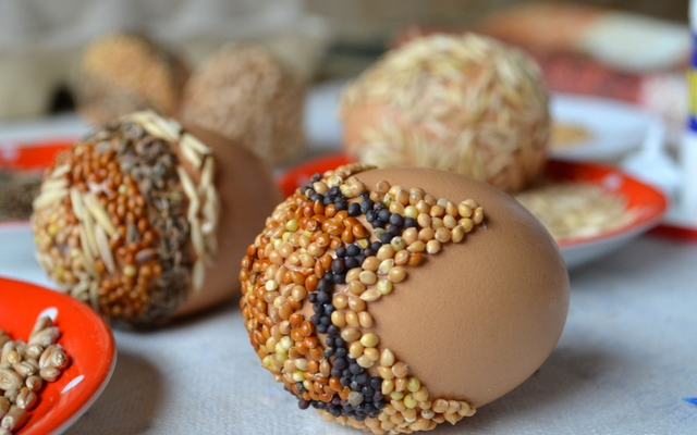 naturally decorated easter eggs ideas seeds glue dill seeds oats