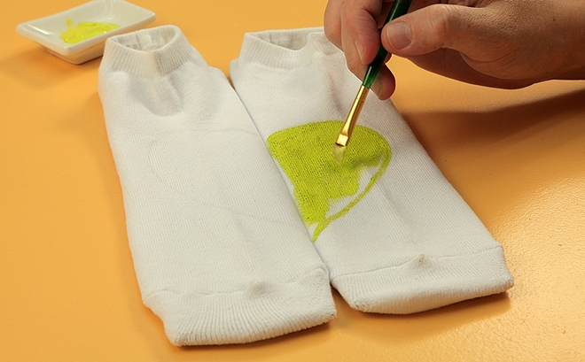 Decorate-his-socks-for-Funny-DIY-Valentine's-Day-him-idea-fabric-paint