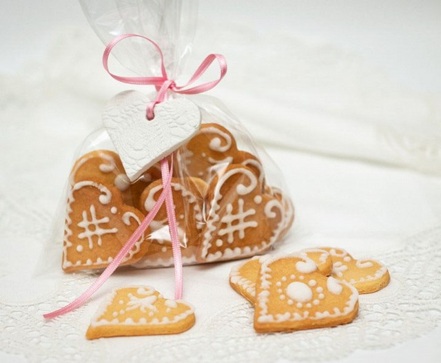 valentines-day-craft-for-kids-heart-shaped-bisquits-cellophane-bag-ribbon-decoration