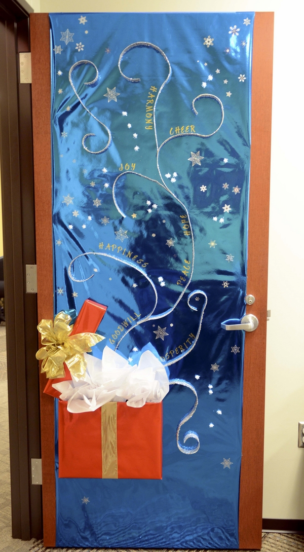 Christmas door decorations ideas for the front and - Bedroom door decorating ideas ...