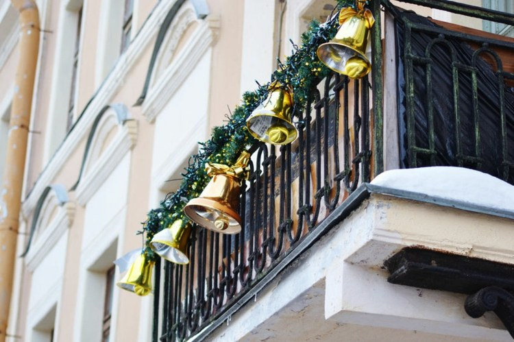 christmas-decoration-on-the-balcony-in-winter-shape-16-beautiful-ideas-006
